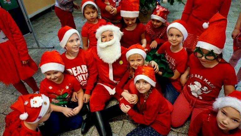 Szkoła pełna Mikołajów